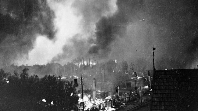 Bodø i brann etter de tyske bombeangrepene de siste dagene av mai 1940. Foto: NTB/Scanpix