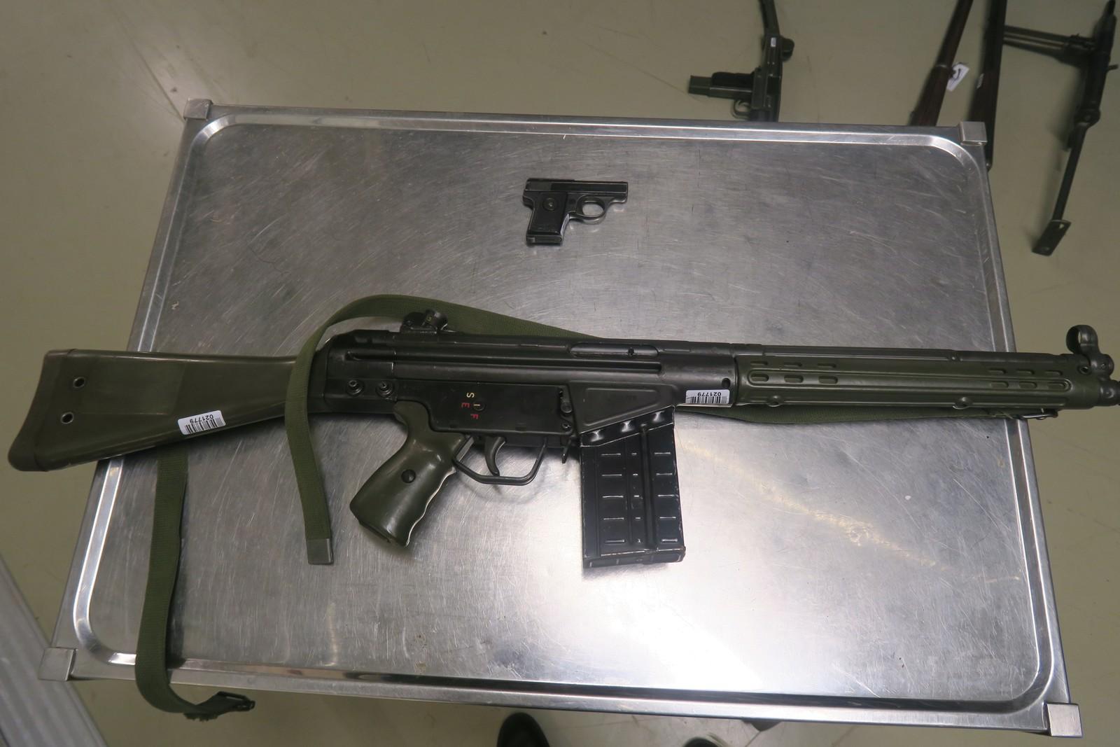 Liten og stor: en liten Walther pistol sammen med Forsvarets tidligere standardvåpen, AG-3