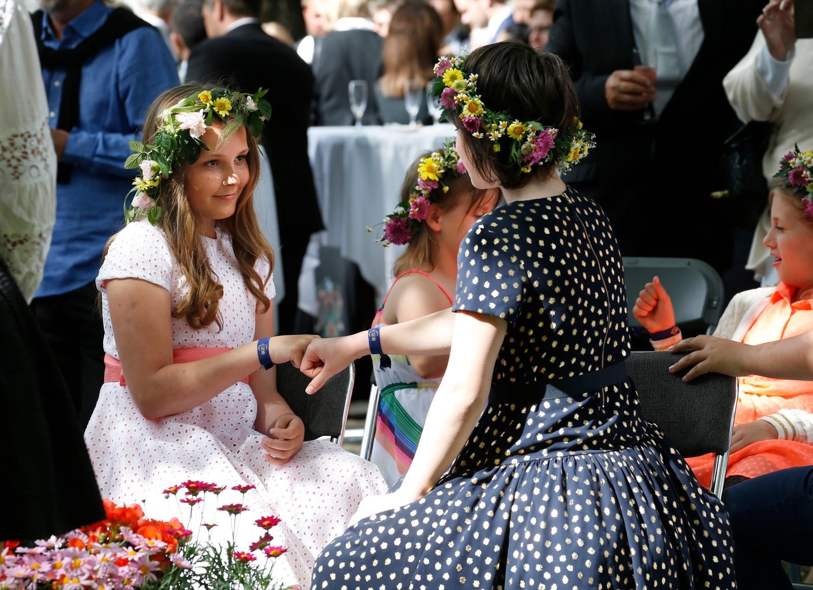 Prinsesse Ingrid Alexandra (t.v.) og Maud Angelica Behn i hageselskapet i Stiftsgården i Trondheim i forbindelse kongeparet 25 år som kongepar torsdag.