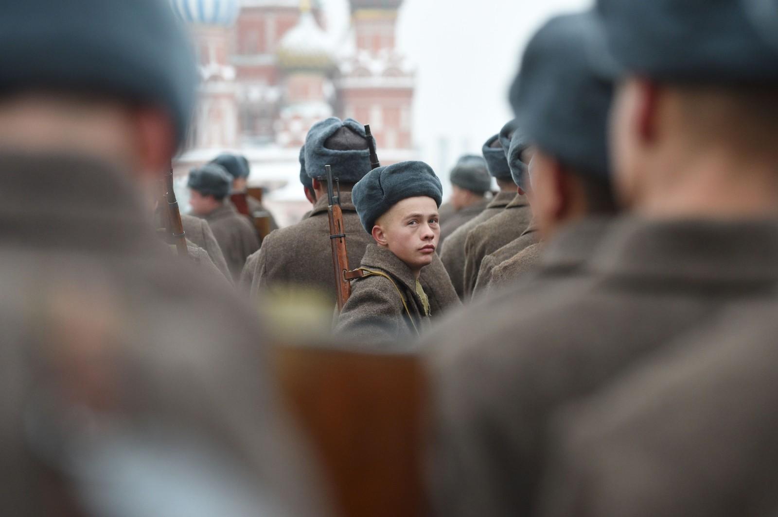 75 år etter militærparaden som er rekna som ein av dei viktigaste samlande hendingane i russisk historie, blei hendinga minna på den Røde Plass i dag. 5500 soldatar deltok.