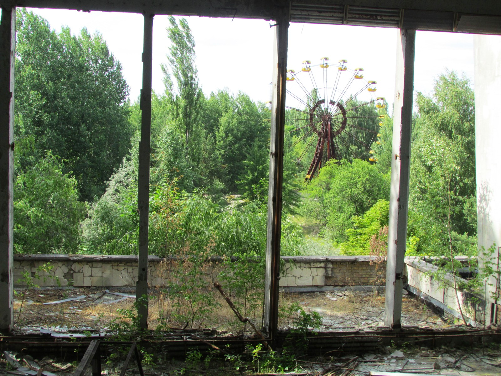 Et av de mest ikoniske bildene fra Pripyat er fra inne i idrettshallen der man gjennom de knuste vinduene ser bort mot pariserhjulet.