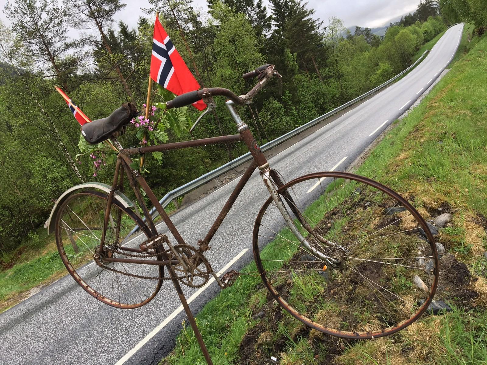 Langs E39 ved Eikås i Jølster står denne doningen plassert.