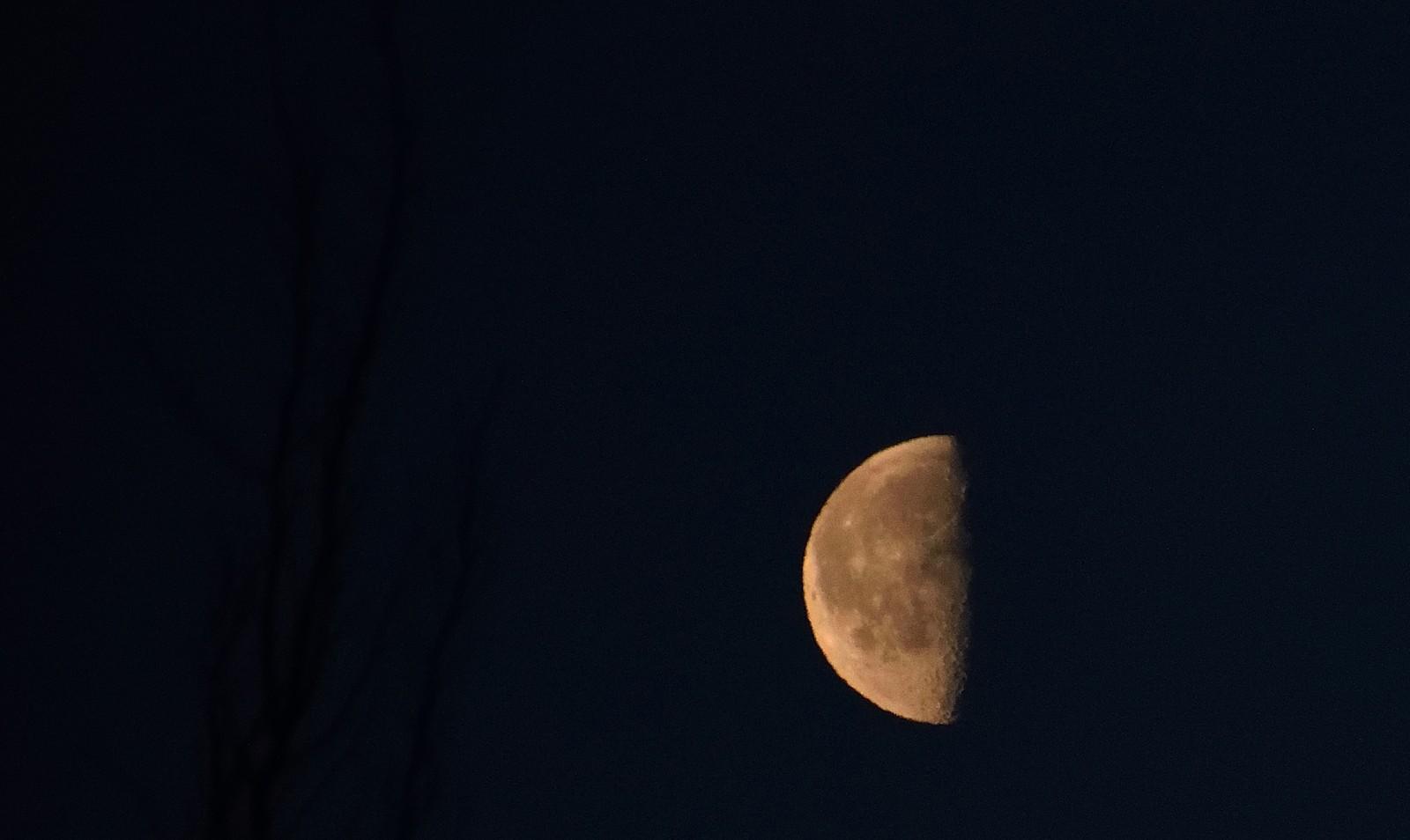 Nyttårsrakett delte månen i to