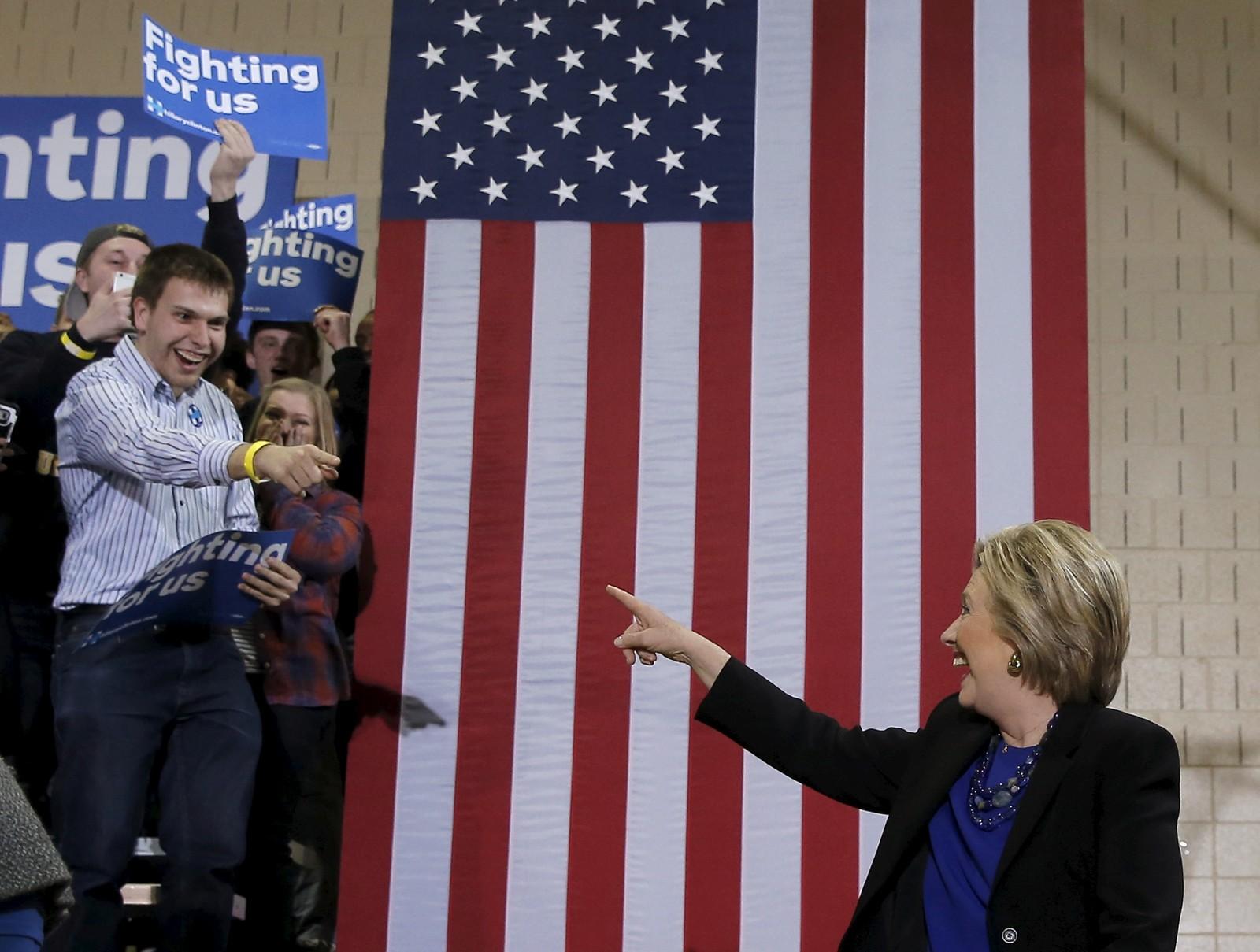 Presidentkandidat Hillary Clinton i medvind pekte på en av sine støttespillere da hun ankom et valgkampmøte i Milwaukee i mars.