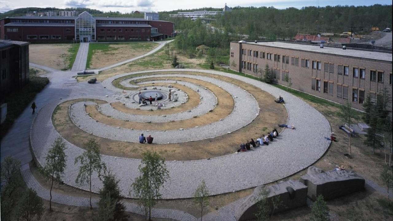 Labyrinten av Guttorm Guttormsgaard der folk sitter i labyrinten