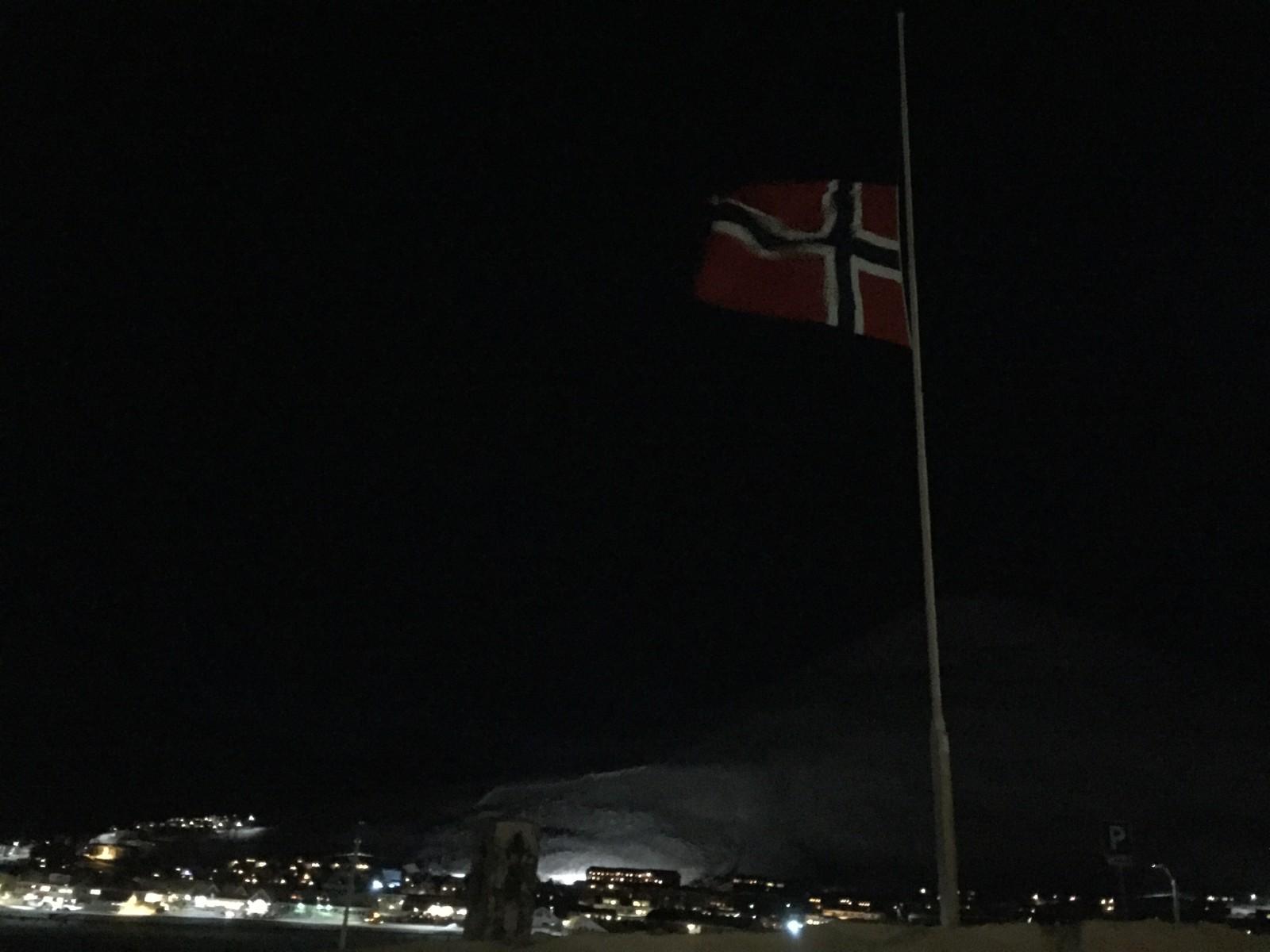 Halv stang i Longyearbyen