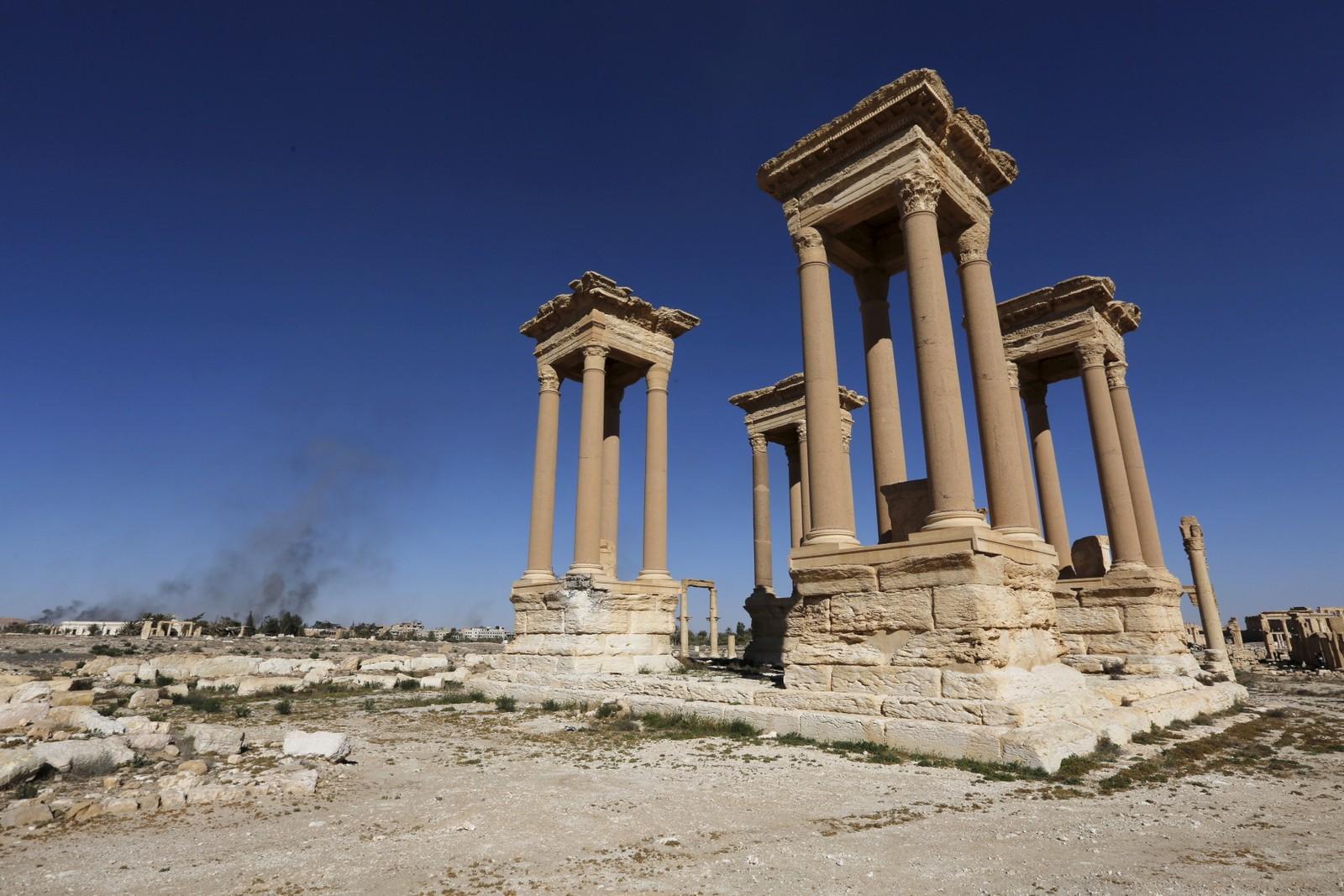 Den syriske hæren fant flere miner som IS hadde etterlatt i Palmyra. Her detoneres noen av dem et godt stykke unna den verneverdige bebyggelsen.