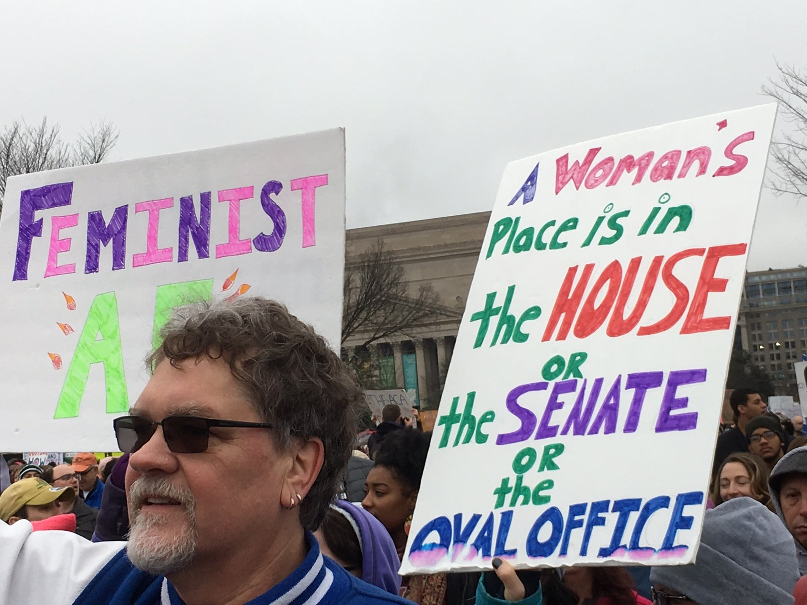 Både kvinner og menn deltok i demonstrasjonen for likestilling og mangfold.