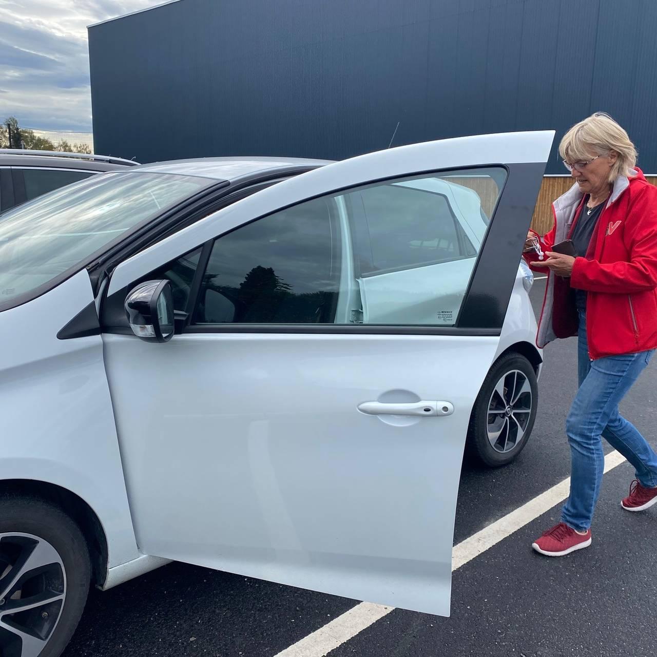 Karin Andersen på veg inn i elbilen på veg til nytt møte