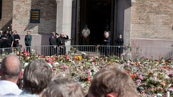 Blomstene ligger tykt utenfor kirken