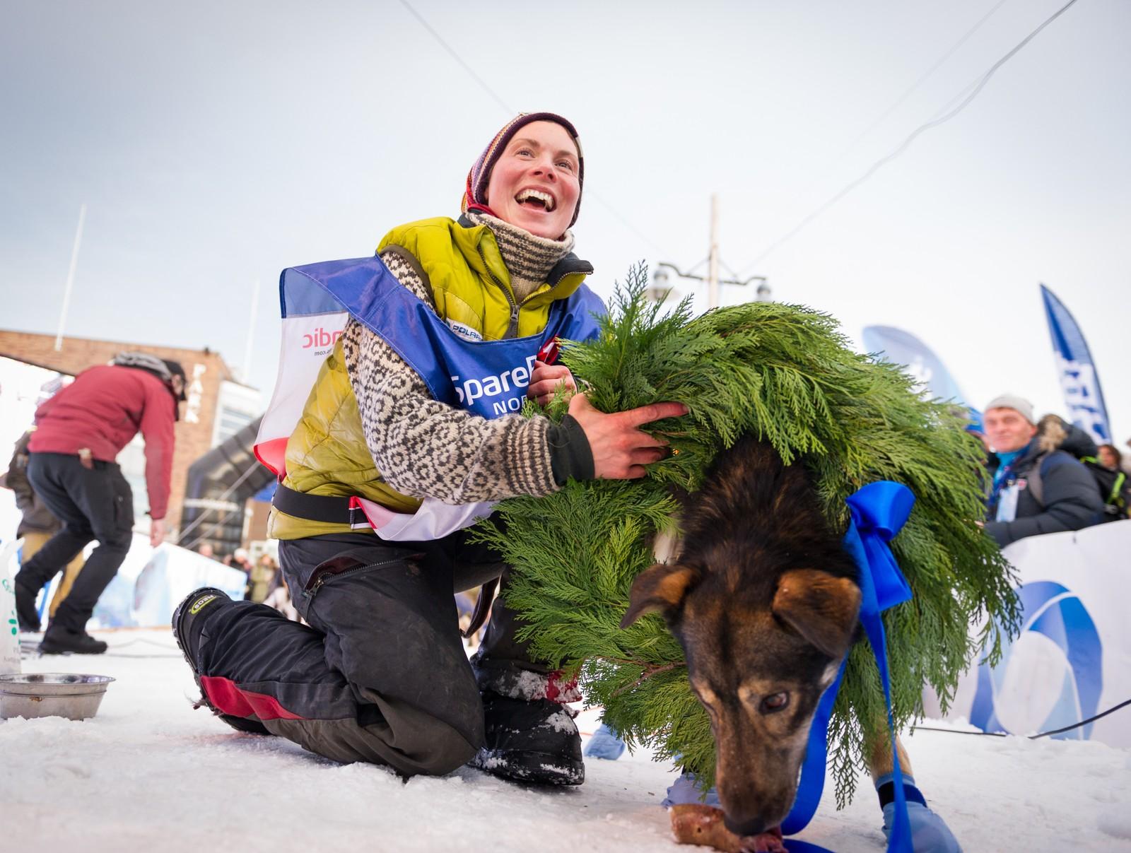 Hundene til Sigrid Ekran får mye av æren for seieren. Lederhunden på siste etappe, Ludvig, fikk bære kransen etter målgang.
