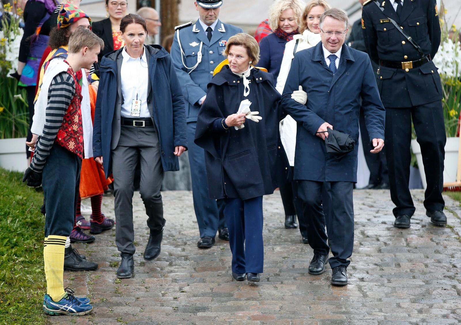 """Kong Harald og dronning Sonja forlater kongeparets hagefest for 300 inviterte gjester på """"Skansen"""" i Tromsø lørdag. Reisen inngår som en del av markeringen av Kongeparets 25-årsjubileum. Foto: Lise Åserud / NTB scanpix"""