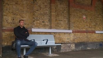 Brede Hangeland har nesten 100 landskamper og 10 år i Premier League. Likevel tar han toget til jobb. Reporter: Knut Skeie Solberg. Foto: Johan E. Bull. Redigering: Ola Hana.