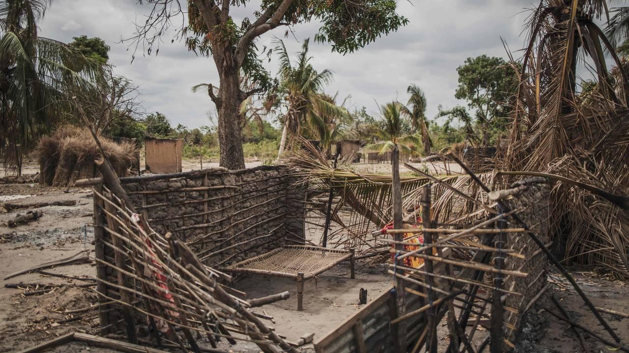 En seng står igjen i et ødelagt hus etter et angrep på landsbyen Aldeia da Paz i nordlige Mosambik. 24. august 2019.