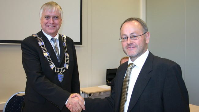 Fylkesordførar Nils R. Sandal (Sp) og fylkesvaraordførar Tor Bremer (Ap) i 2007. Bremer vart avløyst av partifellen Åshild Kjelsnes då han vart vald inn på Stortinget i 2009. Foto: NRK.