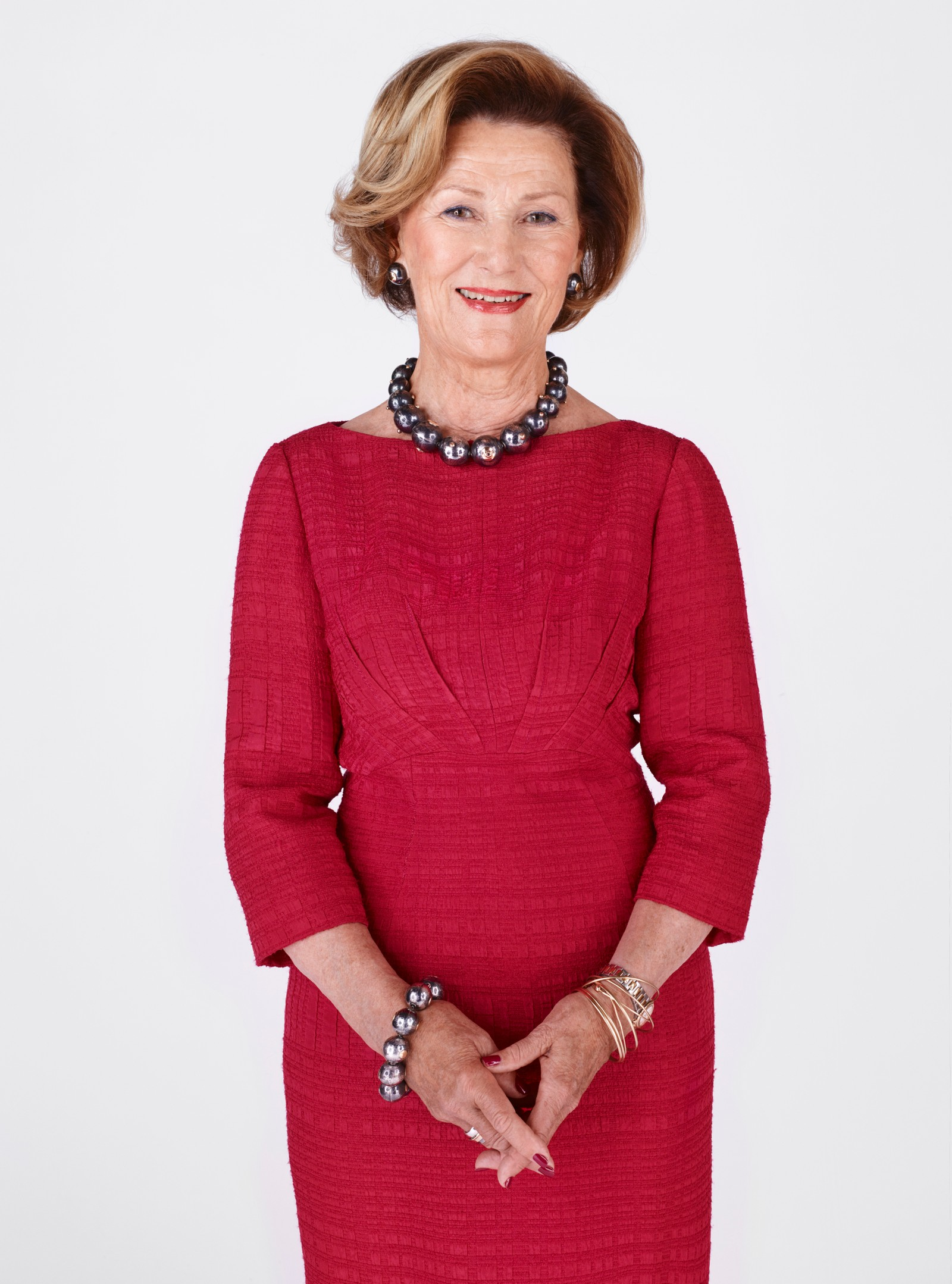 Dronning Sonja iført rød kjole.