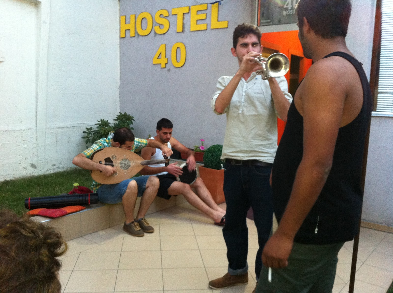 2012: Jungeltelegrafen henger med unge musikere i Beograd, Serbia.