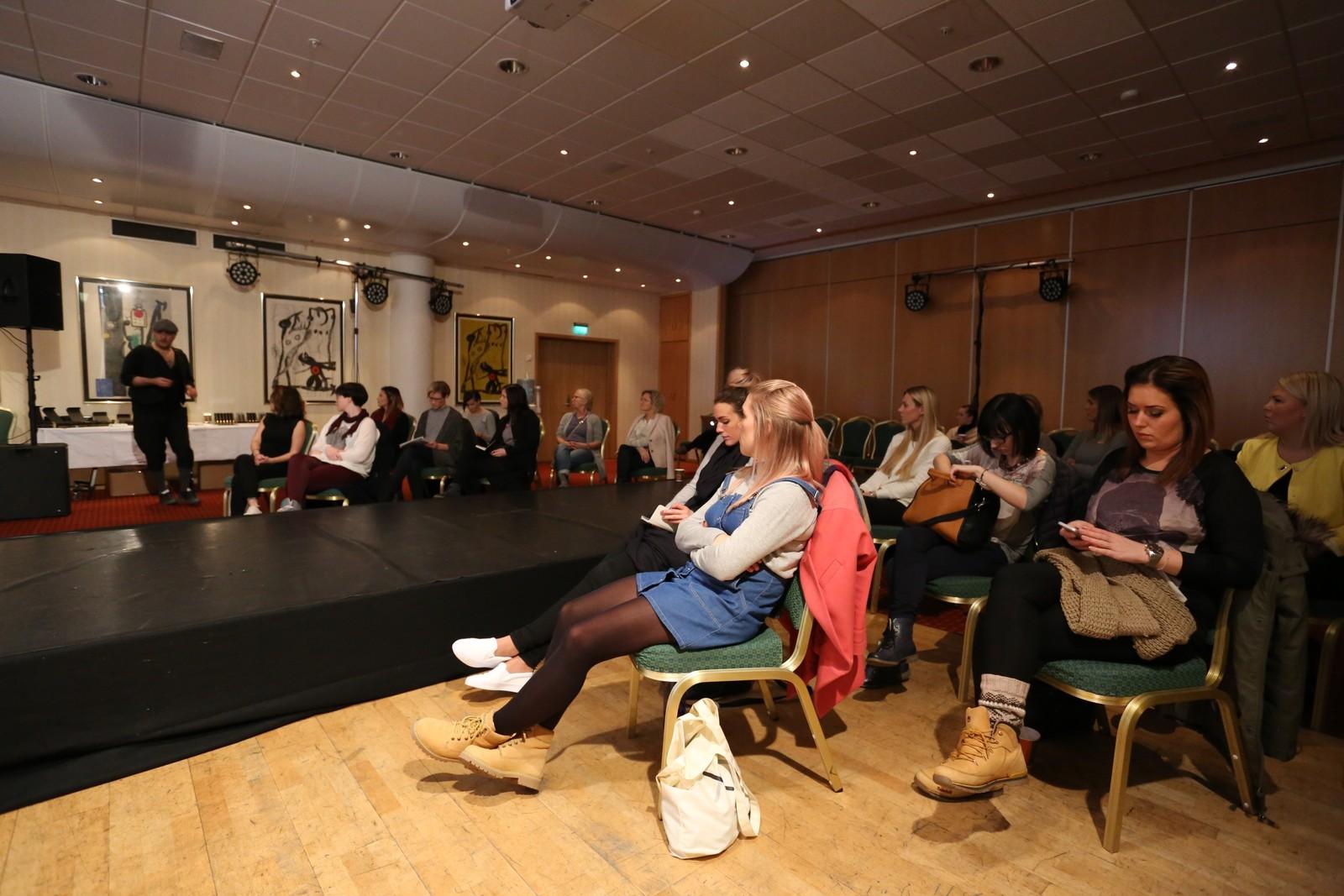 Knappe tjue kvinner møtte på kurset av Fred Hamelten i Ålesund.