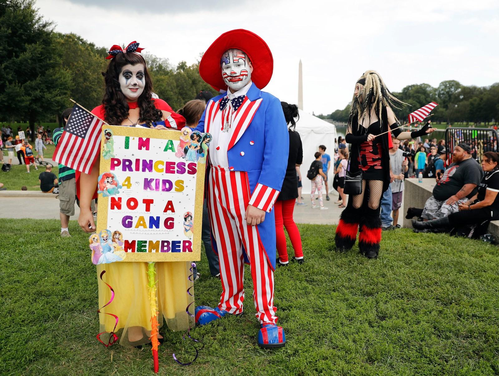 De kaller seg juggalos, og er ikke en amerikansk versjon av Klovner i kamp, men en slags bevegelse som har sitt utspring i bandet Insane Clown Posse. Forrige helg demonstrerte de i Washington D.C. mot at myndighetene klassifiserer dem som en kriminell gjeng, som de mener de ikke er. Theresa Lindsey og Timothy Schlarmann var to av over tusen deltagere.