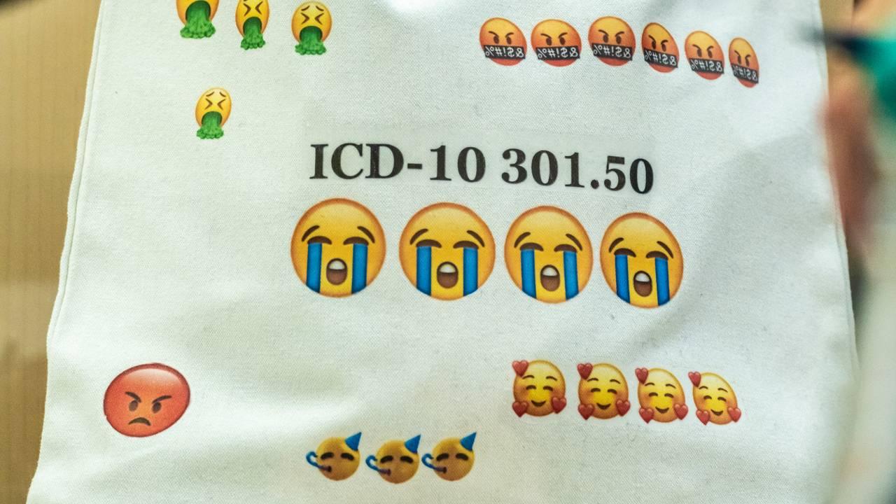 Tiltalte stilte med ny veske etter pausen med påskriften « ICD-10 301.50» ( Diagnosekode for dramatiserende personlighetsforstyrrelse) under rettssaken mot Laila Anita Bertheussen i sal 250 i Oslo tingrett torsdag.