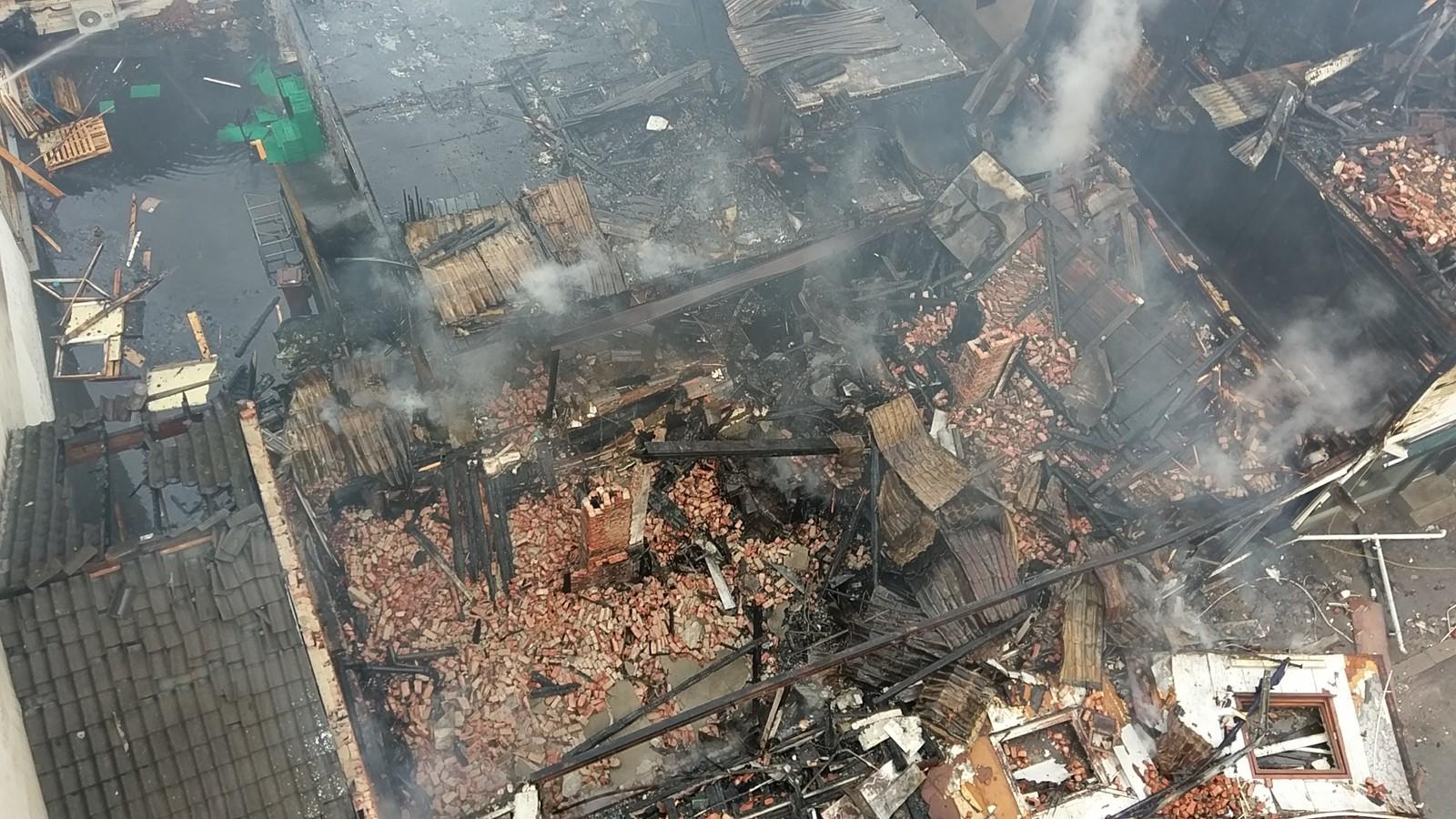 Henrik Wergelands gate 5 er helt nedbrent. Henrik Wergelands  gate 7 og 9 har fått store brannskader.