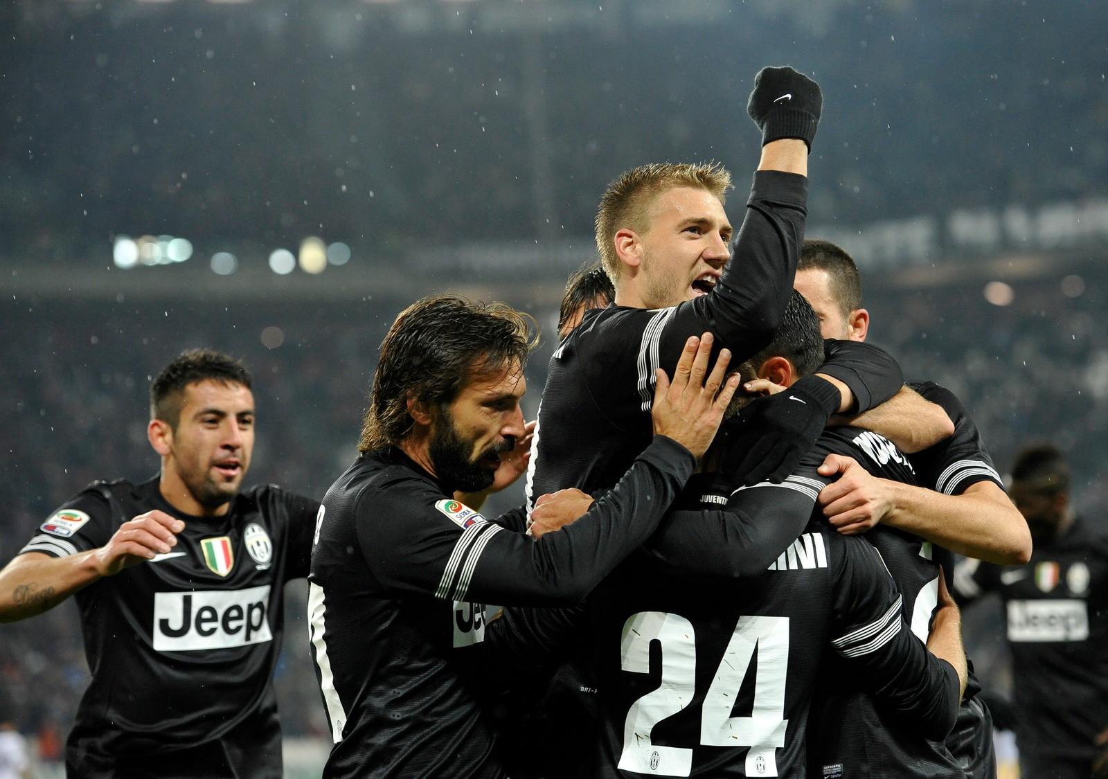 PIRLO: Nicklas Bendtner feirer sammen med blant andre Andrea Pirlo etter at Juventus har scoret mot Bologna i 2012.