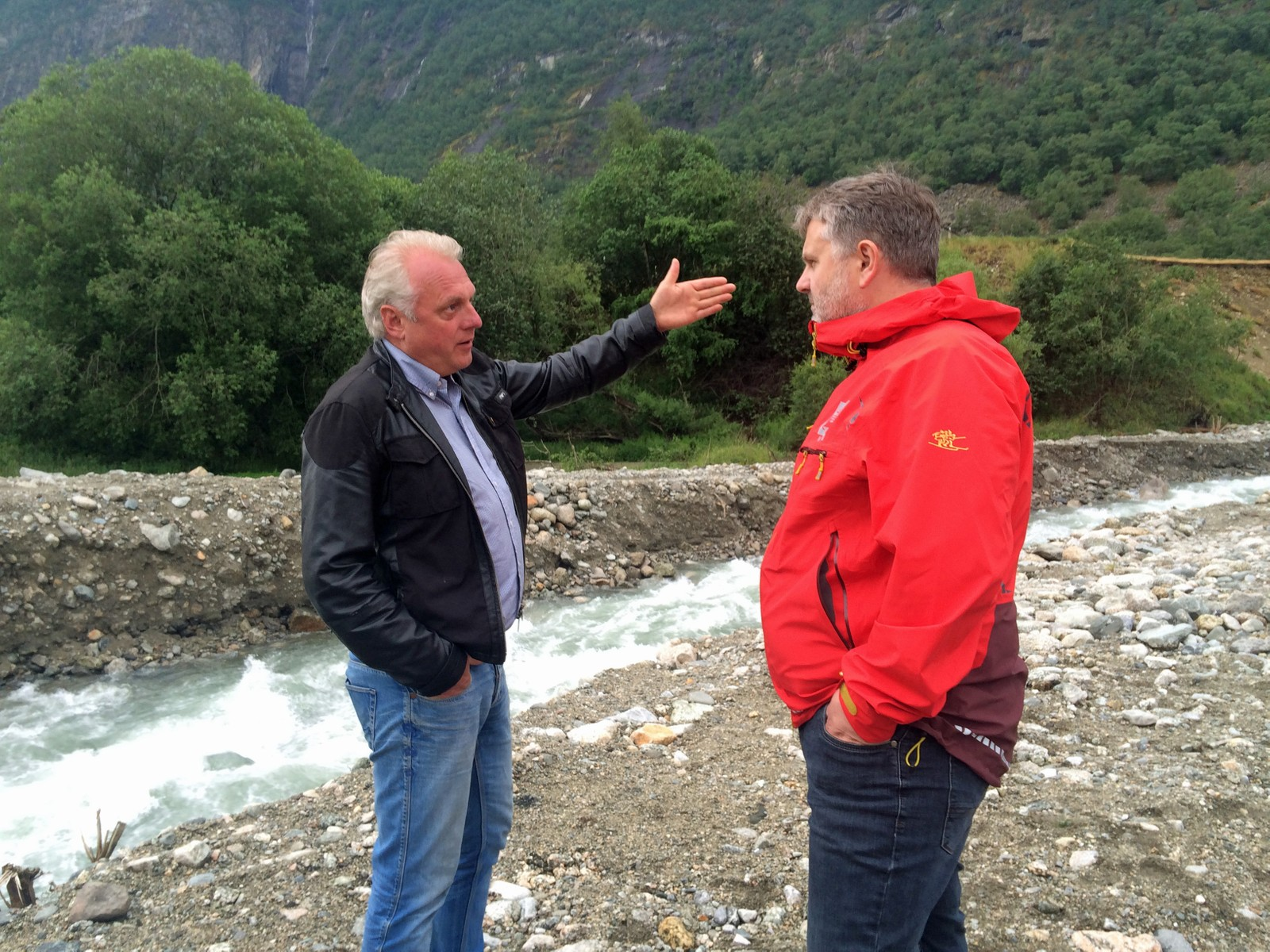Ordførar Jan Geir Solheim (Sp) og Ivar Fivelstad (NVE) på synfaring i Lærdal måndag.