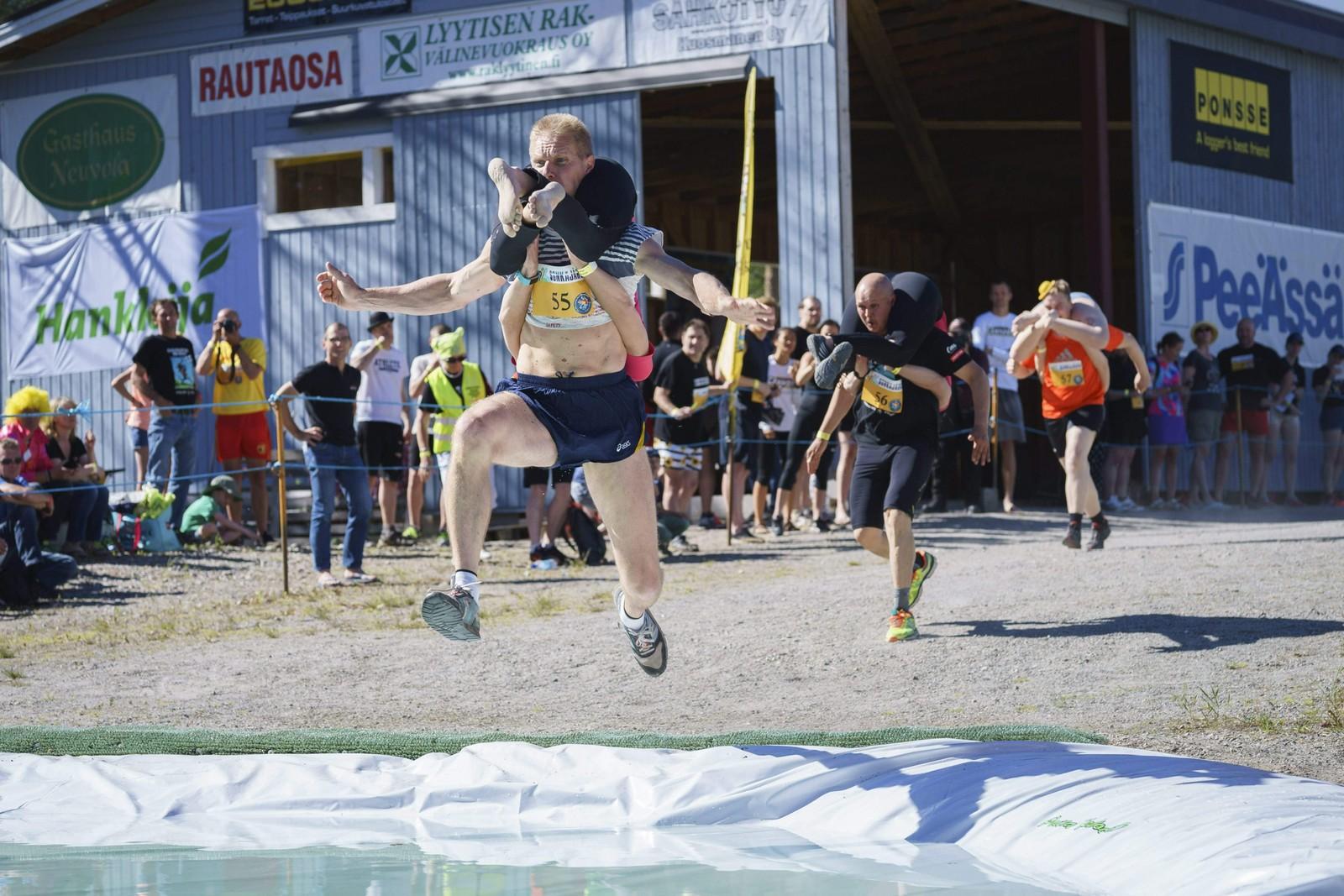 VM i konebæring ble arrangert i Finland forrige helg. Her ser vi det lokale vinnerparet Taisto Miettinen og Kristiina Haapanen i farta.