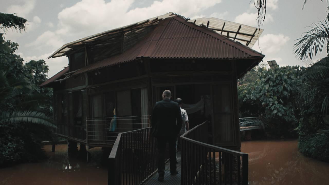 Ulrich går mot en hytte