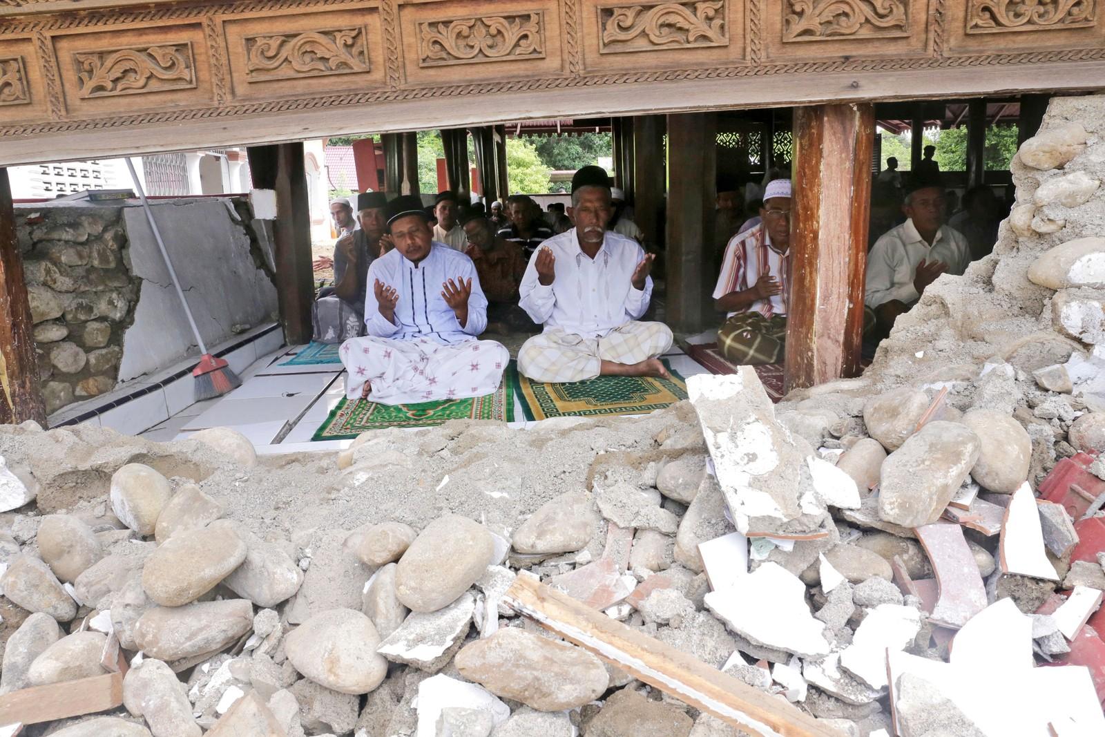 Et jordskjelv førte til store ødeleggelser i Ache-provinsen denne uka. Det holdt imidlertid ikke disse mennene unna morgenbønnen i moskeen.