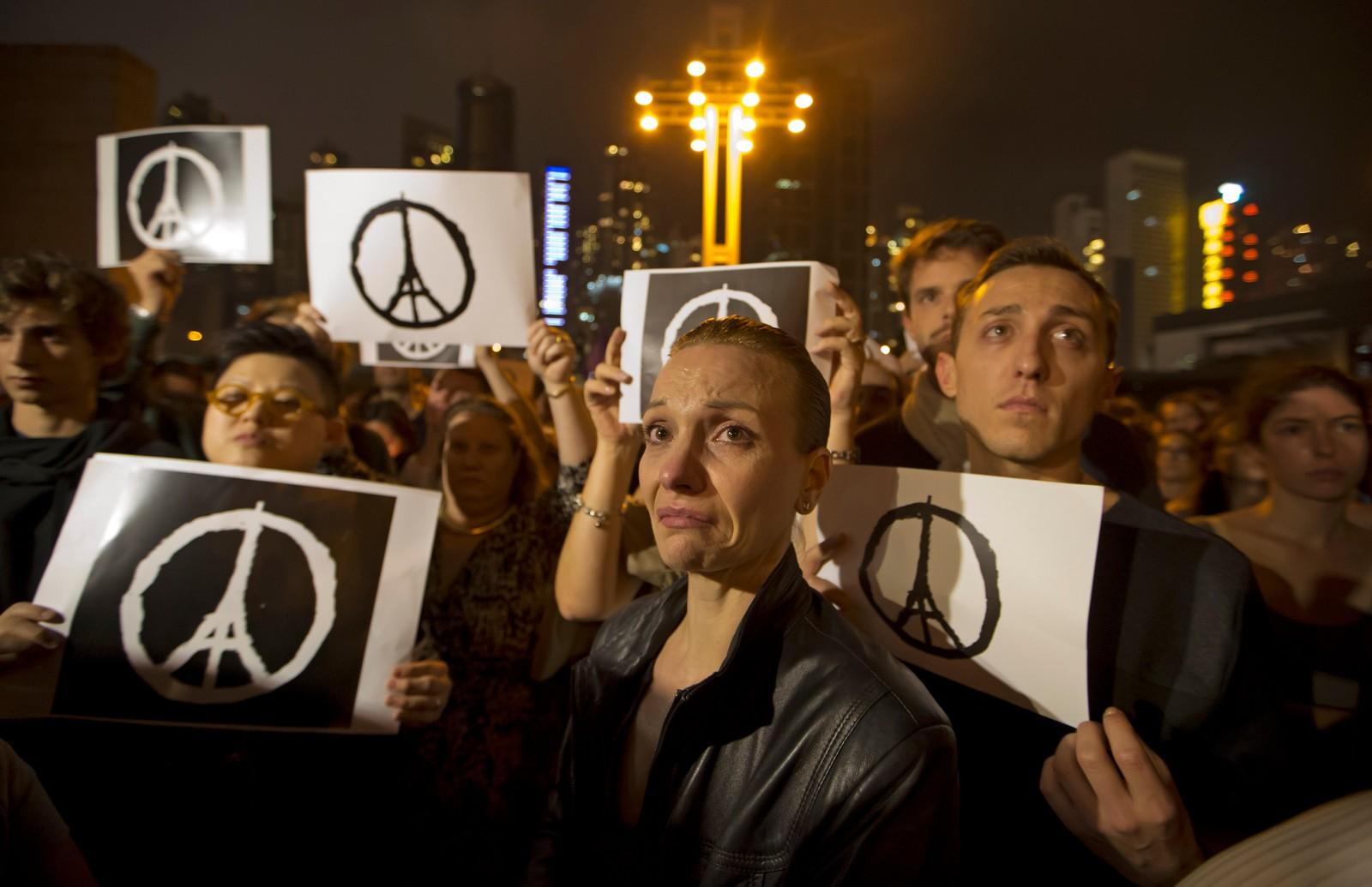 En stor folkemengde i Hong Kong uttrykte solidaritet med pariserne.