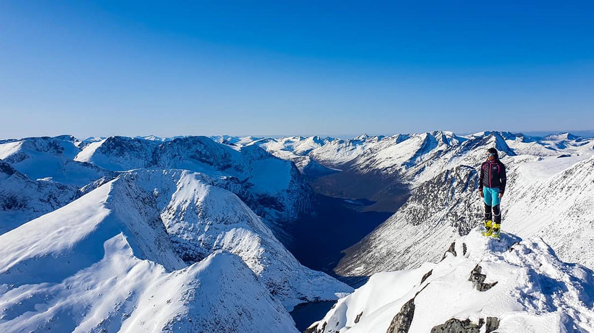 Hege Sæterbø Andersen på toppen av Alnestind