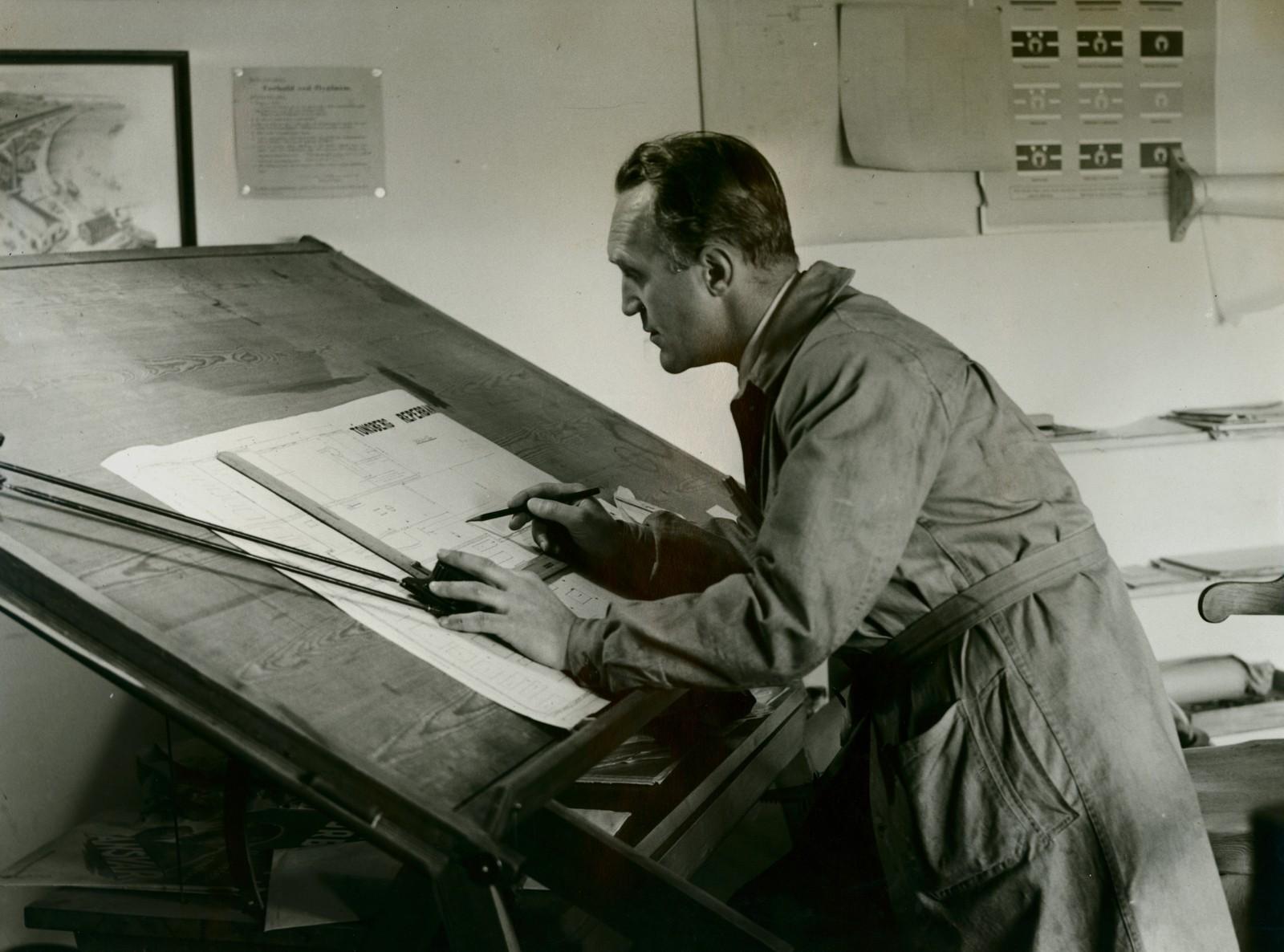 Ingeniør Schrøder ved tegnebrettet. Trolig 1947. Fotograf: Stage-Foto.