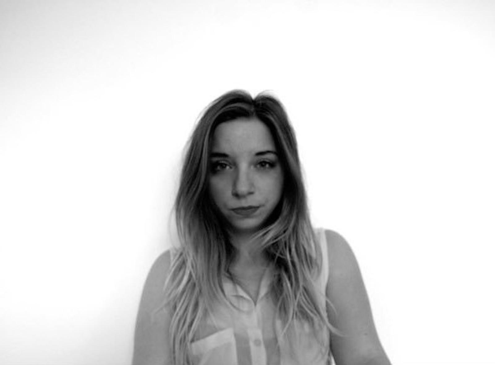 DREPT: Justine Moulin (23) studerte på økonomiskole i Paris. Hun spiste middag med venner på Le Petit Cambodge da hun ble truffet av skudd. Justine døde senere av skadene på sykehuset.