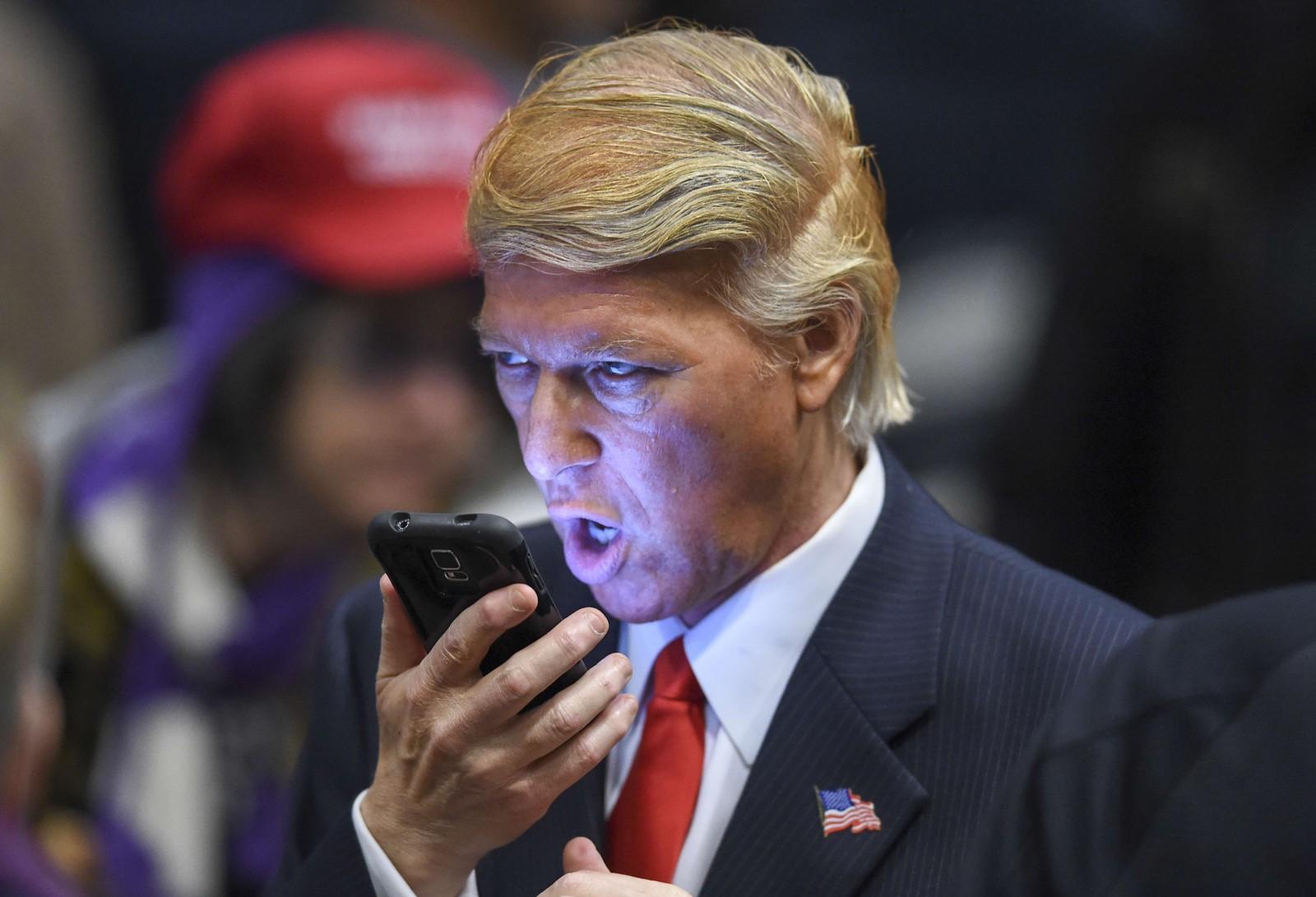Donald Trump-imitator Robert S. Ensler gir mobiltelefonen en verbal hårføner under et nominasjonsmøte for det repulbikanske partiet denne uka.