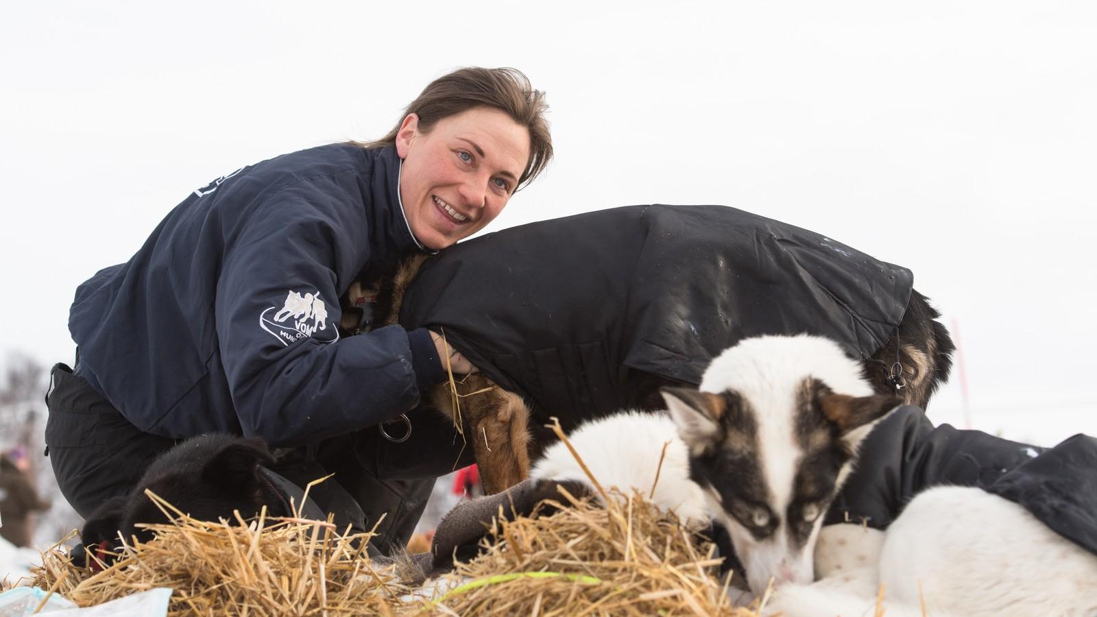 En av favorittene foran årets løp, Marit Beate Kasin, er på sjekkpunktet i Neiden usikker på om hun klarer å holde tritt med teten helt inn til mål i Alta. – Nå vil hundene helst hvile seg i halmen, selv om de har topp humør, sier Kasin.