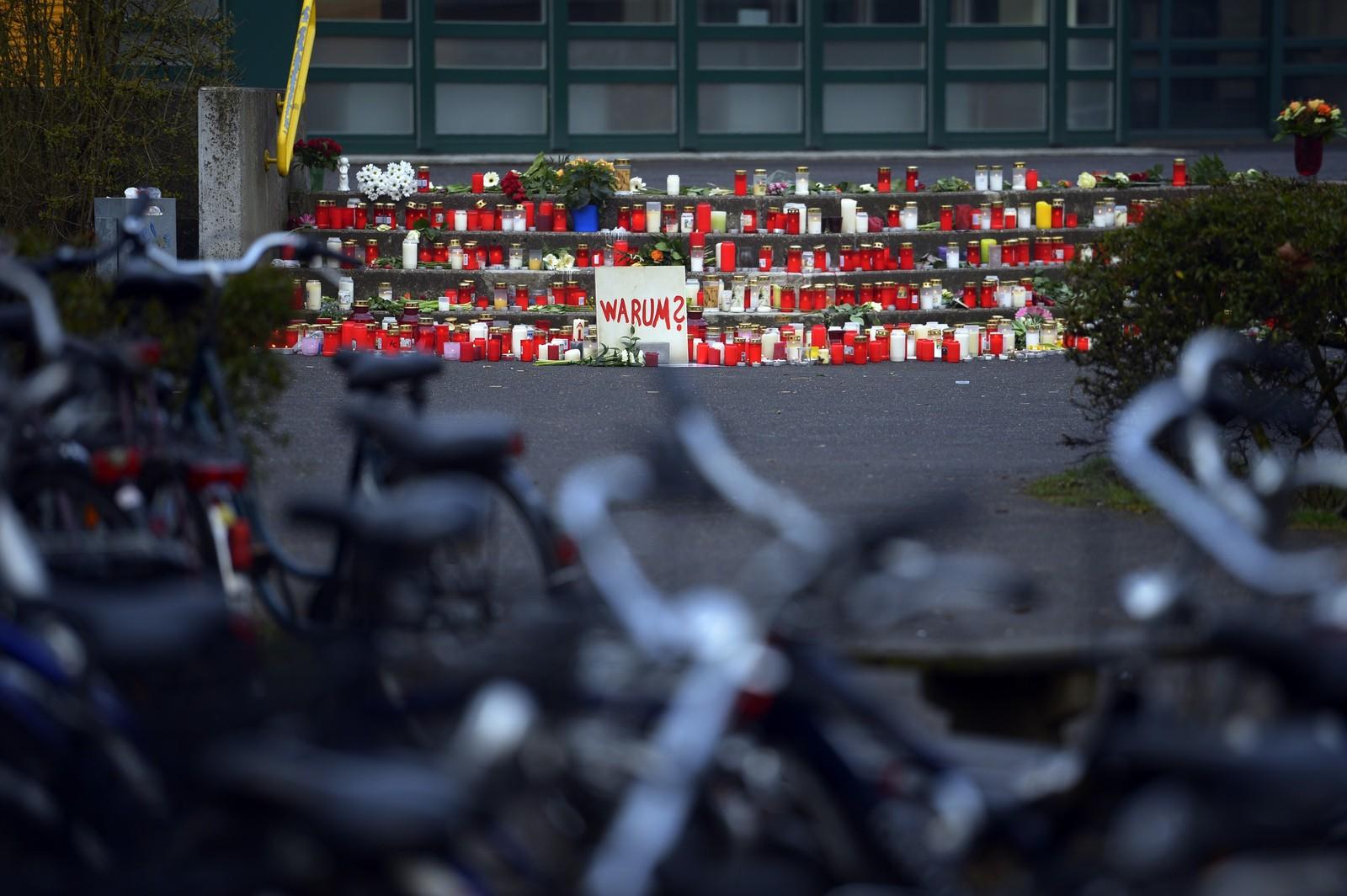 Hundrevis av stearinlys brenner til minne om de 18 ved skolen som mistet livet da passasjerflyet fra Germanwings styrtet i den franske delen av Alpene tirsdag.
