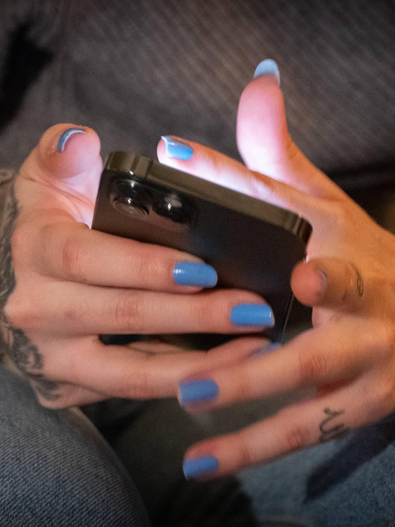 Surfer på nettet med smarttelefonen