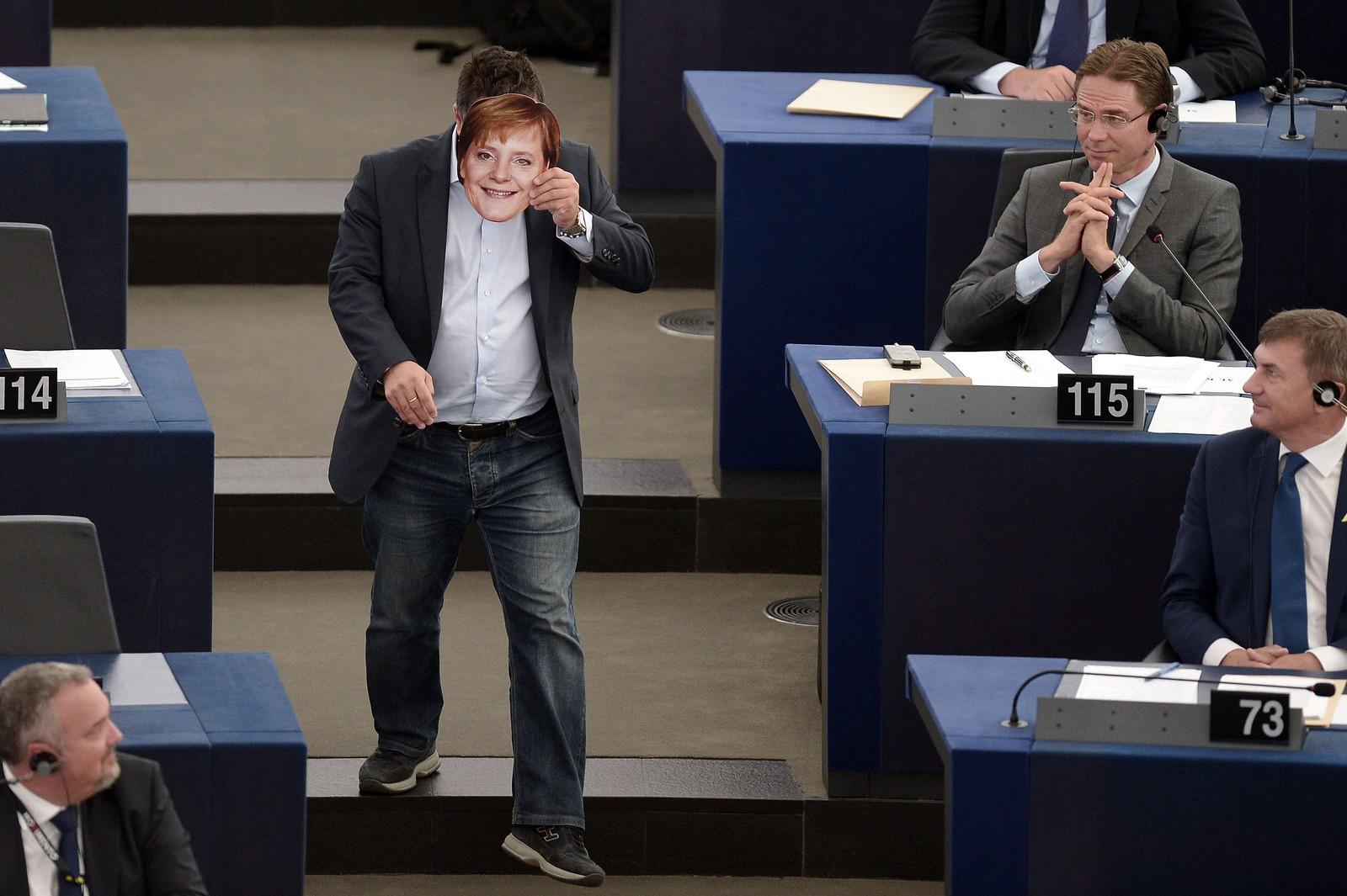 Gianluca Buonanno fra Lega Nord (italensk parti på ytre høyre fløy) viser på en ironisk måte hvor lite fornøyd de er med Angela Merkels flyktningpolitikk. Stuntet ble utført under Jean-Claude Junckers tale om flyktningsituasjonen i EU.