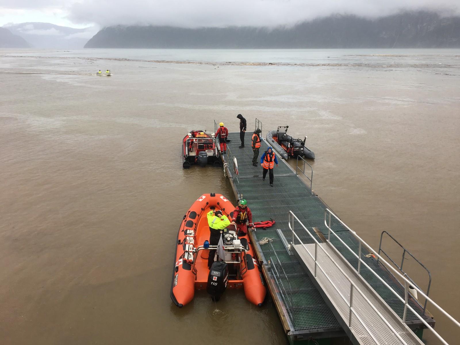 Båtar skal ut for å hente folk.