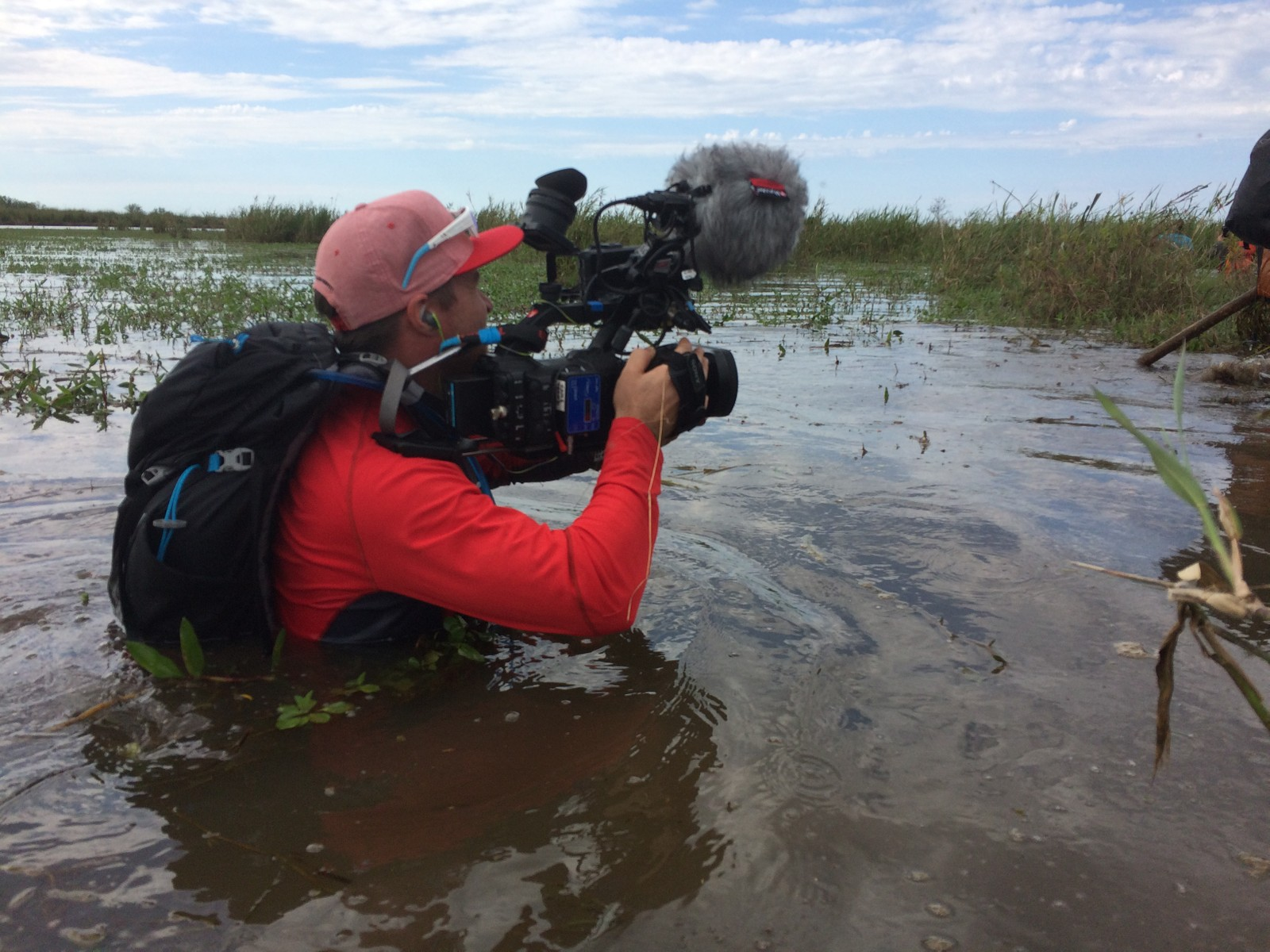Sumper, igler, slanger og insekter. Christopher Fornebo ser vi her går nært etter kjendisene i Dropped- Heltenes kamp.