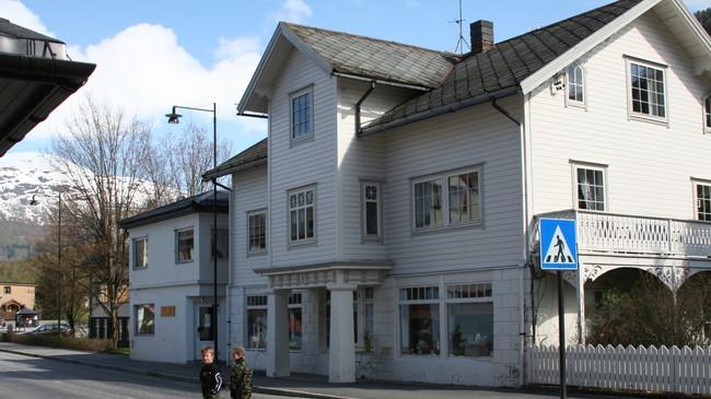 Nærmast forretningsbygget som vart reist i 1911, til venstre betongtilbygget som kom til i 1937. Foto: Ottar Starheim, NRK.