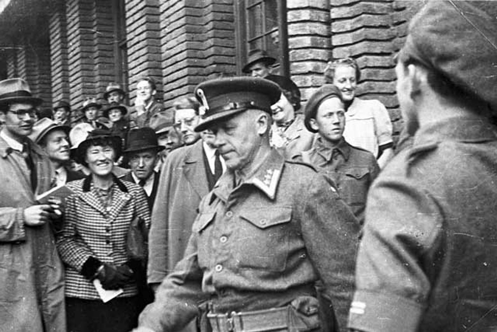 MILITÆR PRESISJON: Oberst Sandvik marsjerer ut av Tinghuset i Bergen.