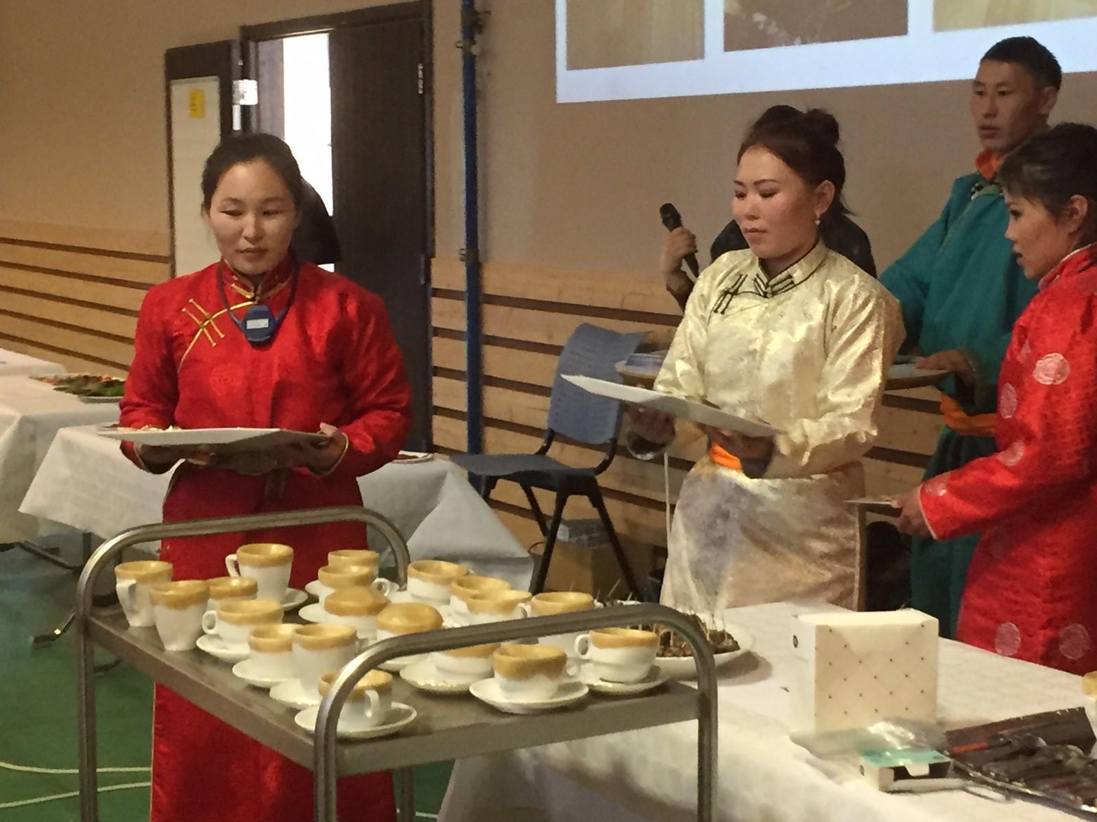 Dukha-folket serverer dumpling in a bowl