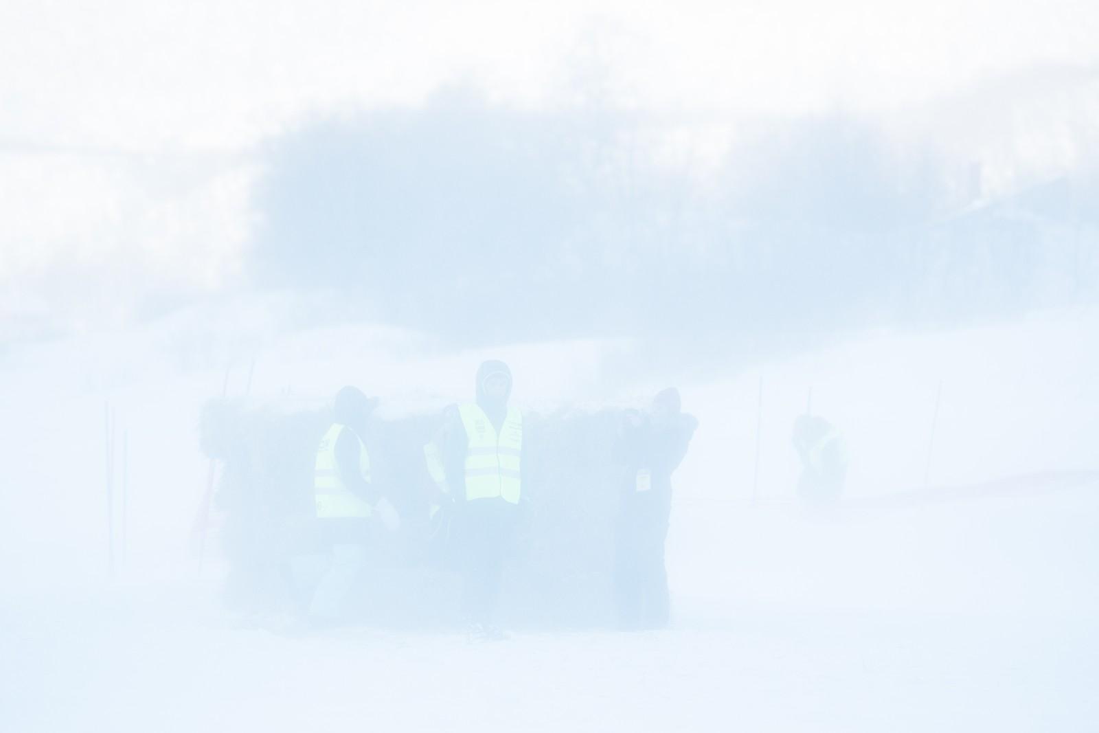 Snøføyke ruller opp Tanaelva på sjekkpunktet i Levajok.