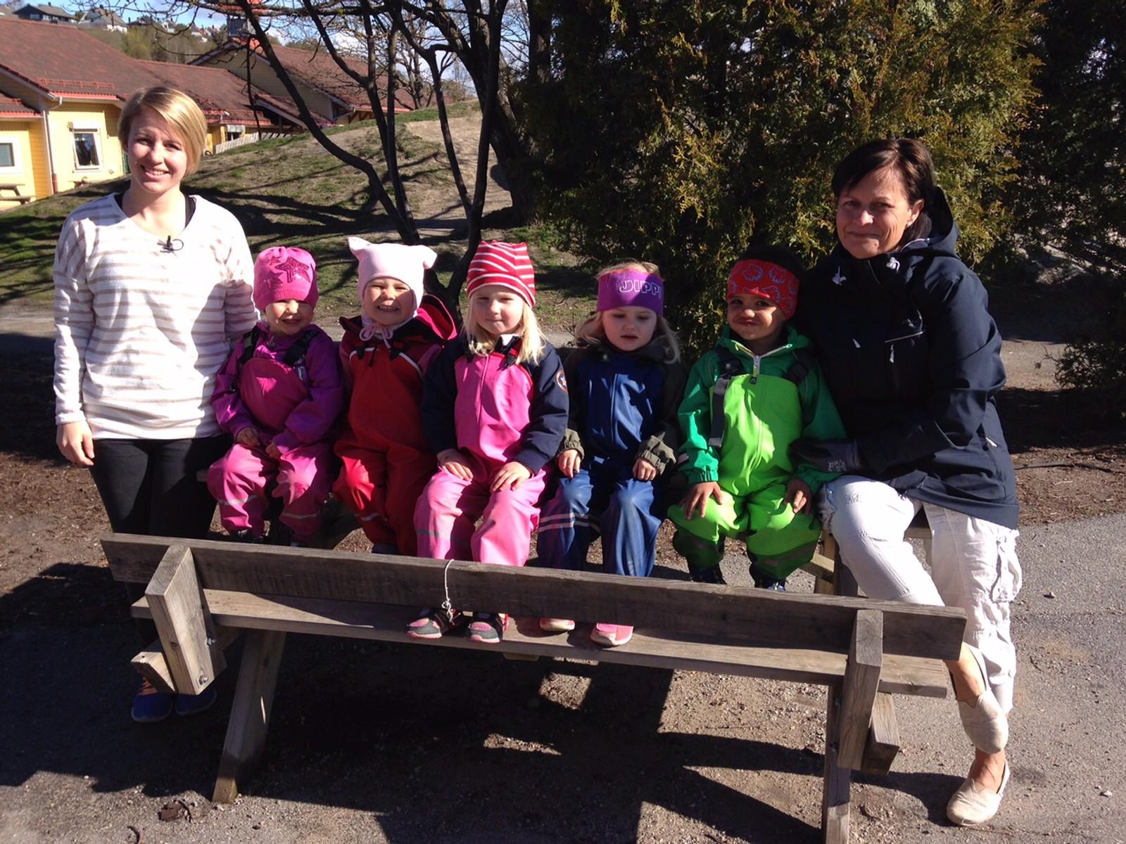 Barna fra Trosvik barnehage tatt i april, da de begynte arbeidet med å så frø.