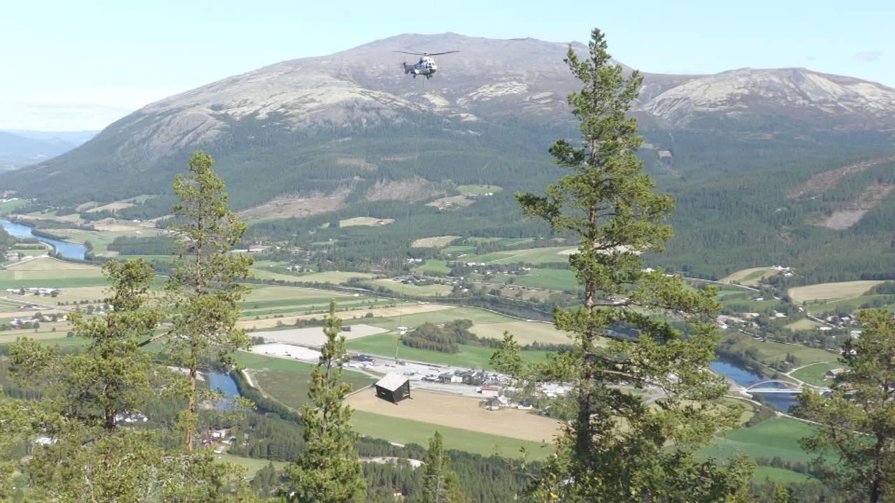 Hytte henger i wire under helikopter i Alvdal.