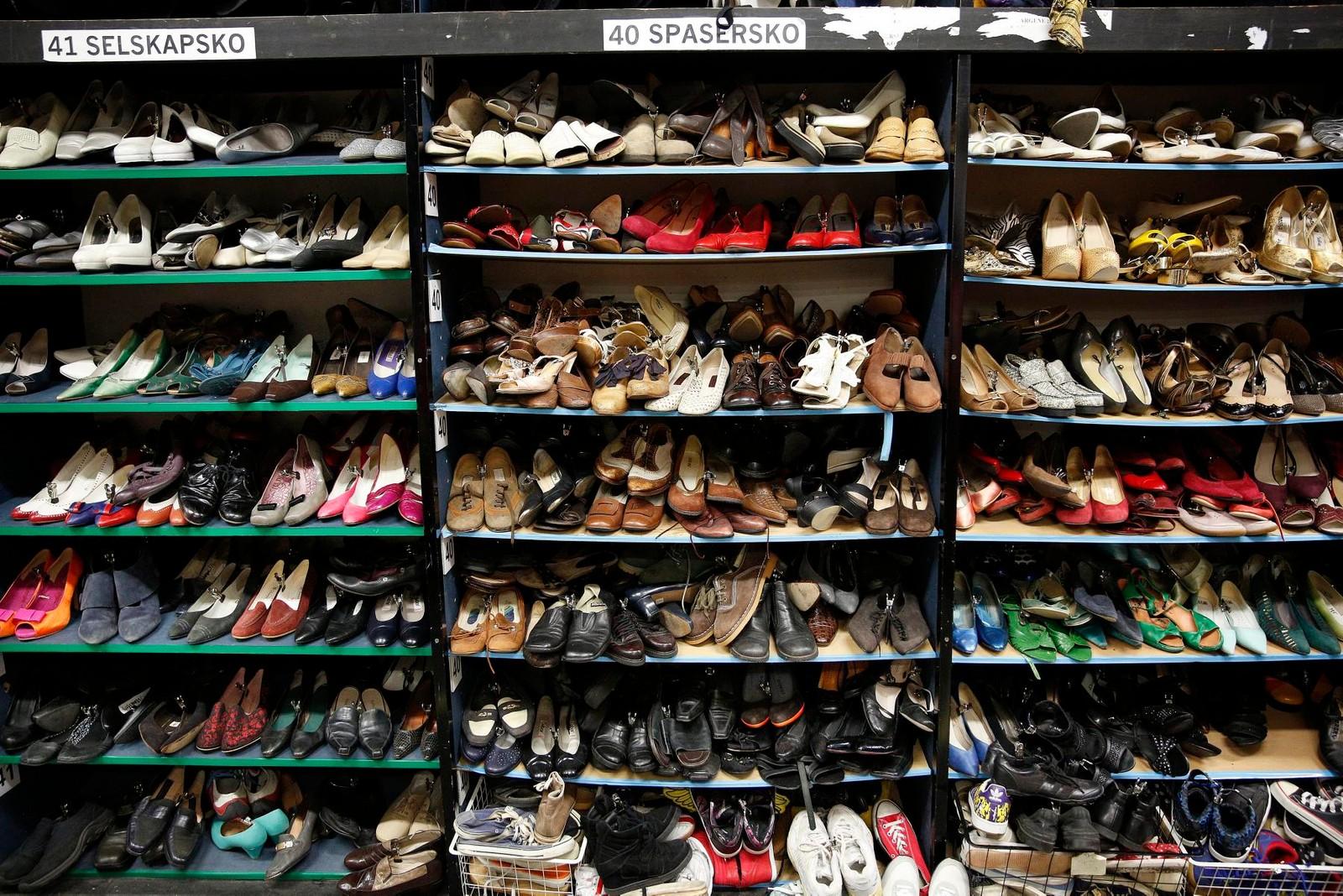 Kostymelageret har 8.000 par med sko.