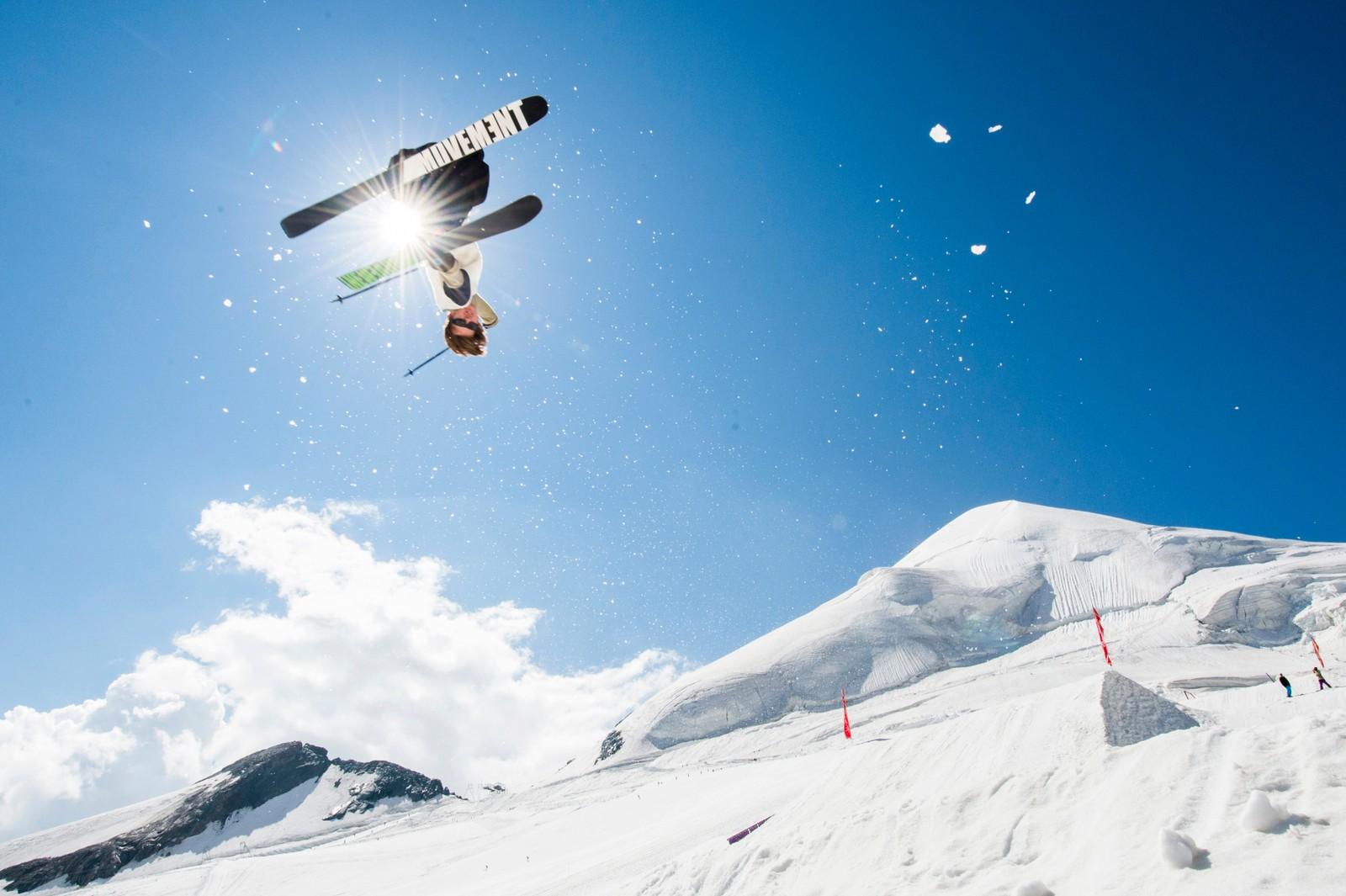 Mens deler av Sveits har vært rammet av en hetebølge denne uken, har denne karen kost seg i finværet i freestyle-parken på breen Feegletscher i Sveits.
