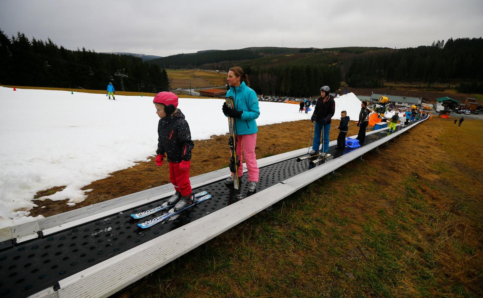 Det er ikke bare i Norge det er mangel på snø. Her fra det tyske vintersportsstedet Winterberg der skiglade tyskere må nøye seg med små områder med kunstsnø.